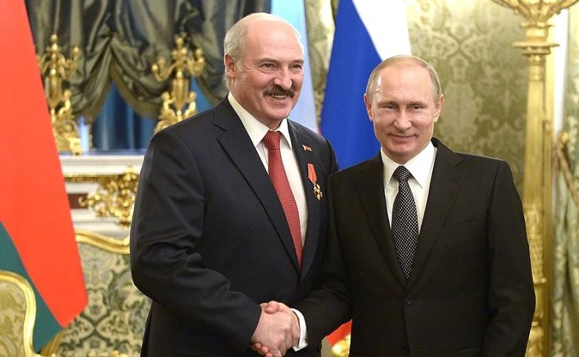 Belarus President Alexander Lukashenko shakes hands with President of Russia, Vladimir Putin
